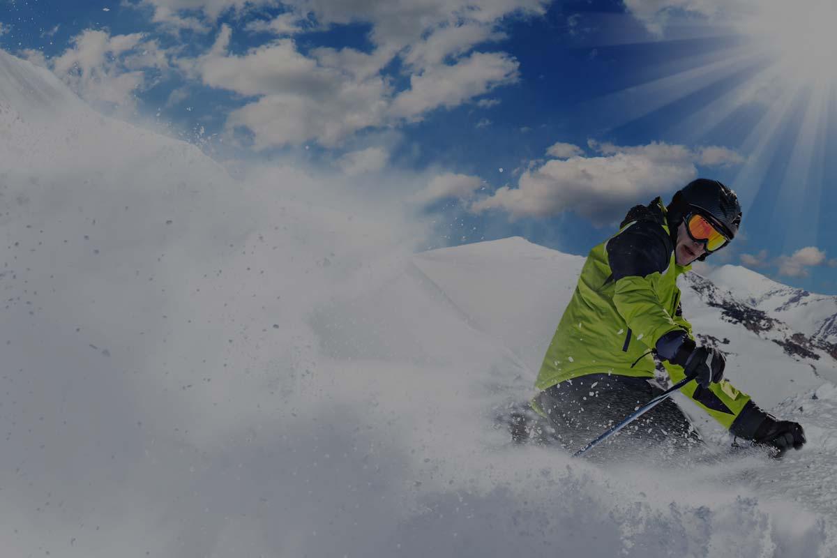 Sciatore in neve fresca con attrezzura sci Lussari sport
